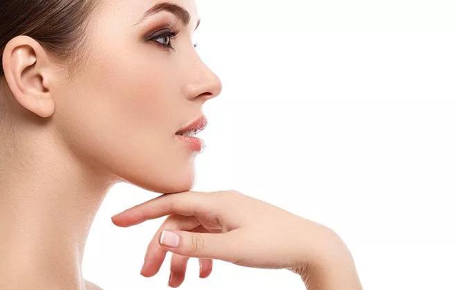 脖子上的皱纹应该如何消除,哪个方法有效