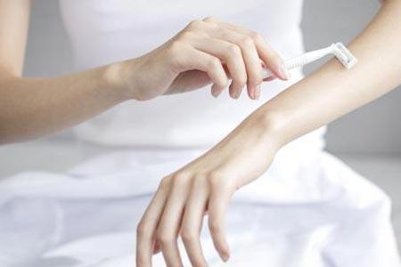 女生手臂汗毛浓密应该怎么去除