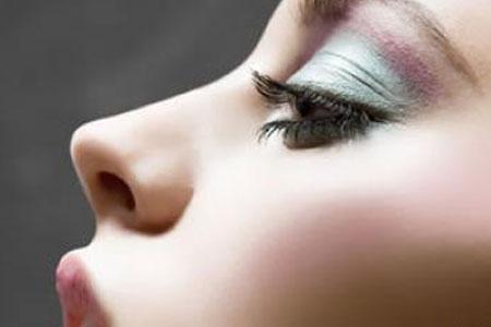 假体隆鼻术后效果是否自然